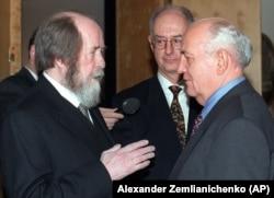 Alexandr Soljenițîn și fostul lider sovietic Mihail Gorbaciov
