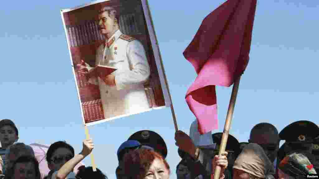 Портреты Сталина в разной вариации постоянно мелькали среди праздничной толпы в День Победы в Бишкеке
