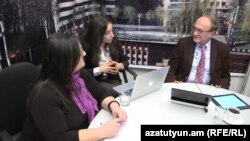 Армения – (слева направо) журналисты Сирануйш Геворкян, Рузанна Степанян и директор Армянской службы Радио Свобода (Радио Азатутюн) Грайр Тамразян во время прямой трансляции, Ереван, 13 февраля 2013 г.