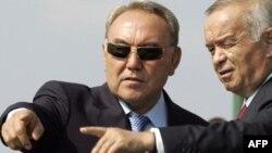 Қазақстан президенті Нұрсұлтан Назарбаев (сол жақта) және Өзбекстан президенті Ислам Каримов. Ресей, 17 тамыз 2007 жыл. (Көрнекі сурет)