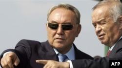 Президент Казахстана Нурсултан Назарбаев и президент Узбекистана Ислам Каримов на учениях ШОС в России. Чебаркуль, 17 августа 2007 года.