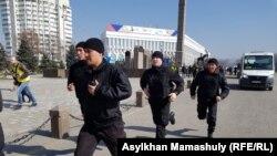 Сотрудники спецподразделения на алматинской площади Республики. Алматы, 1 марта 2020 года.
