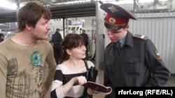 """Акция оппозиции в рамках """"Белой недели"""" – проверка нагрудных знаков у сотрудников полиции. Москва, 22 апреля 2012 г"""