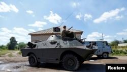 Пророссийский сепаратист на боевой машине близ города Красный Лиман в Донецкой области. 19 июня 2014 года.