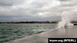Неспокойное Черное море. В Севастополе – шторм (фотогалерея)