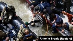 Водолази зі спецзагону південнокорейських рятувальників шукають зниклих на місці аварії, Будапешт, 31 травня 2019 року