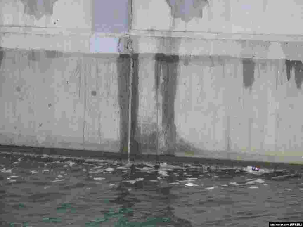 Kanalda plastik çüýşeleri ýaly zir-zibilleri hem görmek bolýar.