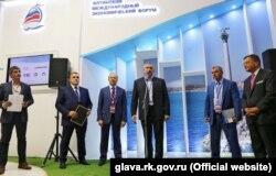 Сергей Аксенов (у микрофона) и Жан-Пьер Тома (крайний справа). Ялта, 14 апреля 2016 года