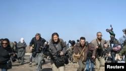 Ливия: журналисты спешат укрыться от бомбежки ливийской авиации