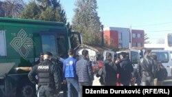 Migranti i izbjeglice su i juče iz voza premješteni u autobuse koji su ih odvezli u pripremljeni smještaj od Sarajeva