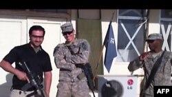 تصویری انعکاس یافته در بخش خبری ۲۰:۳۰ شبکه دوم تلویزیون دولتی ایران که امیر حکمتی را در کنار دو سرباز آمریکایی در مکانی نامعلوم نشان میدهد.
