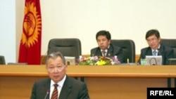 Курманбек Бакиев объявил, что продолжит приводить действующие законы страны в соответствие с конституцией