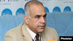 Armenia - Zharangutyun (Heritage) party leader Raffi Hovannisian at a news conference, where?, 12Dec2011.