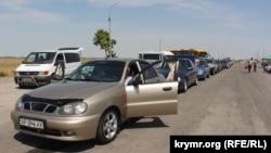 Черги перед контрольним пунктом пропуску «Чонгар» на адміністративному кордоні з Кримом, 3 липня 2017 року