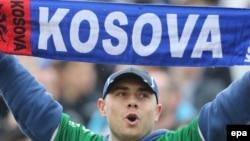 Një simpatizues futbolli me mbishkrimin Kosova