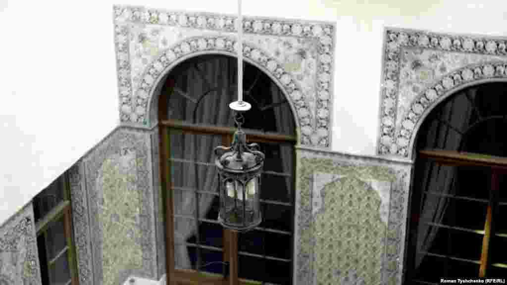 Внутреннее убранство арабского дворика, который был задуман как световой колодец
