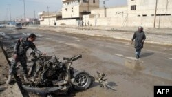 Polici irakian e shikon vendin e një shpërthimi të mëhershëm në Bakuba