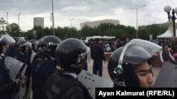 Полицейский кордон напротив протестующих. Нур-Султан, 9 июня 2019 года.