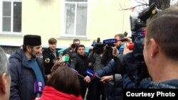 Qırımtatar faali Zair Smedlâ ve rusiye jurnalistleri Aqmescitteki Kiyev rayon mahkemesi yanında, 2018 senesi, noyabr 27