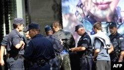 Policija pregleda dokumenta ultranacionalista, 20. septembar 2009.