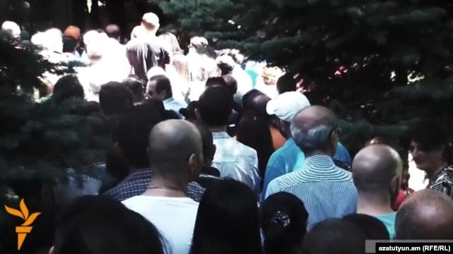 Armenia - Ethnic Armenians line up outside the Syrian Embassy in Yerevan to vote in Syria's presidential election, 28May2014.