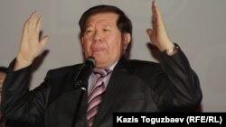 Поэт и председатель движения «Мемлекеттік тіл» («Государственный язык») Мухтар Шаханов.