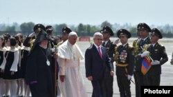 Армения - Президент Армении Серж Саргсян и Католикос всех армян Гарегин Второй приветствуют Папу Римского Франциска по его прибытии в ереванском аэропорту «Звартноц», 24 июня 2016 г.