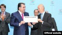 Генеральный директор ВТО Паскаль Лами (справа) и президент Таджикистана Эмомали Рахмон. 10 декабря 2012 года.