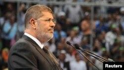 """Мурси Каһирәдә """"Мөселман кардәшләр"""" оештырган Сүриягә теләктәшлек чарасында чыгыш ясый. 15 июнь, 2013"""