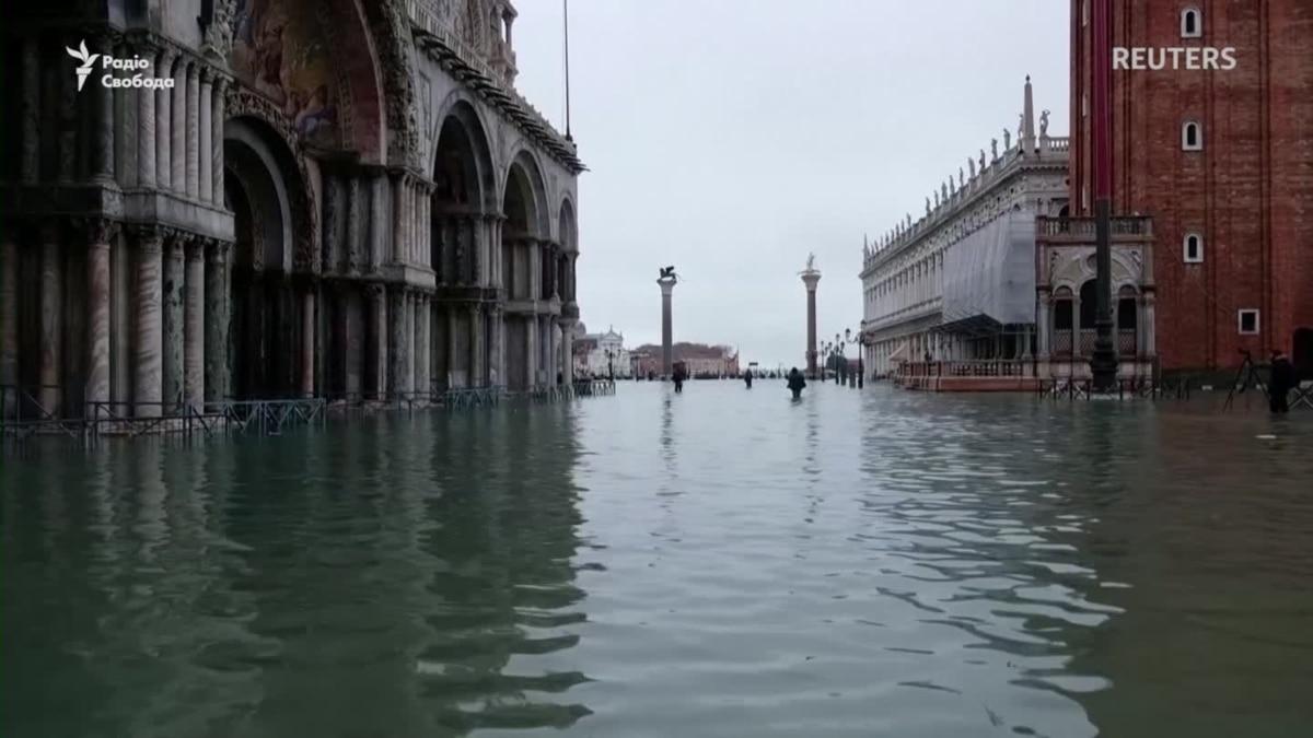 В Венеции объявили чрезвычайное положение, а кому-то радость поплавать возле Святого Марка – видео