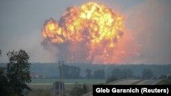 Вогонь і дим від вибухів на складах у Калинівці, Вінницька область, 27 вересня 2017 року
