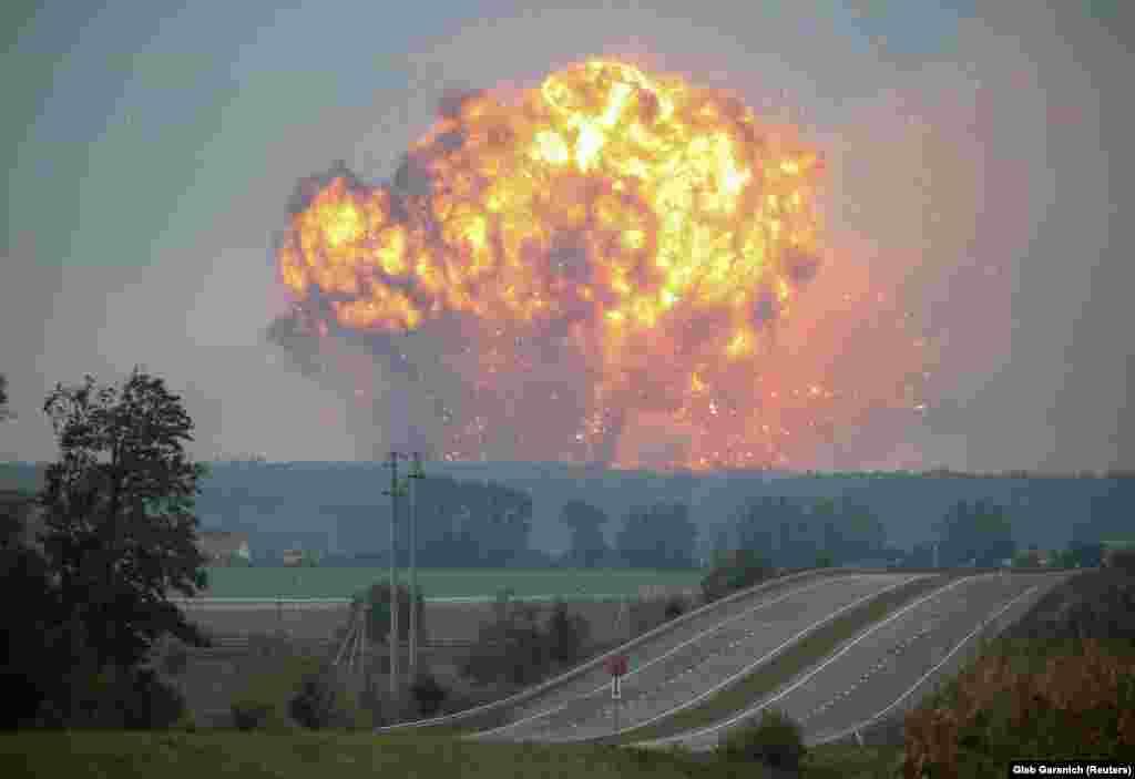 27 სექტემბერს ცენტრალურ უკრაინაში ძლიერი აფეთქება მოხდა საბრძოლო მასალის საწყობში. (REUTERS/Gleb Garanich)
