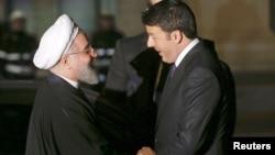 Прэзыдэнт Ірану Хасан Рухані (зьлева) паціскае руку прэм'ер-міністру Італіі Матэа Рэнцы ў палацы Капітолія ў Рыме, 25 студзеня 2016 году