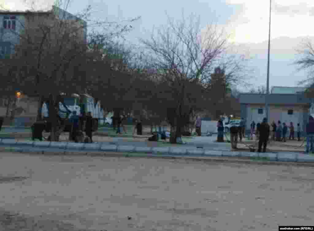 Ашхабадские коммунальщики готовят город к новогодним праздникам и Дню Нейтралитета.