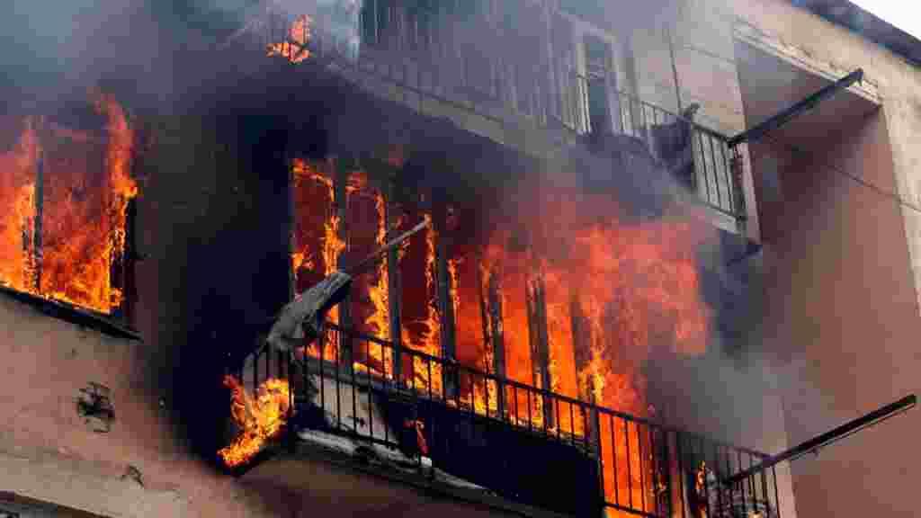 Горящий жилой дом в Гори после атаки российского самолета, 9 августа