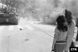 Радянські танки їдуть до будівлі Чехословацького радіо у Празі, 21 серпня 1968 року