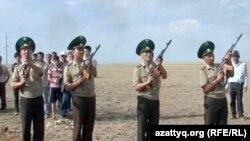 """На похоронах погибшего на посту """"Арканкерген"""" пограничника Камбара Аганаса. Актобе, 9 июня 2012 года."""