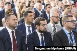 Андрій Єрмак (л), Кирило Тимошенко та Іван Баканов у першому ряду під час виступу на конференції YES-2019