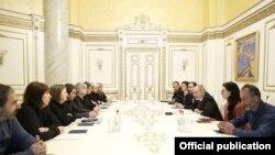Премьер-министр Никол Пашинян принимает матерей погибших военнослужащих, 8 марта 2020 г.