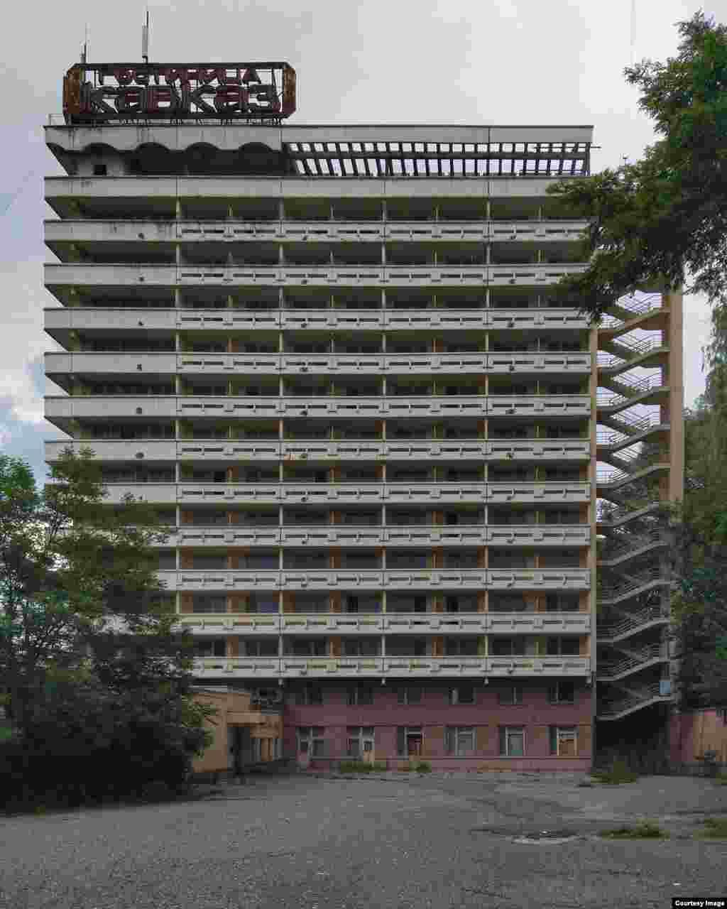 Гостиница «Кавказ», Кисловодск. 16-этажный отель заброшен. В нем сохранилась мебель, на некоторых этажах работает электрика. В одной из комнатблогеры встретили пса, которому кто-то приносит еду