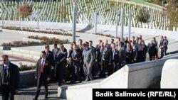 Političari iz BiH i srpska delegacija sa Aleksandrom Vučićem na čelu u Srebrenici jula 2015.