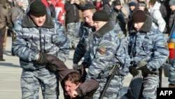 Протестовать против действий ОМОНа жителям Владивостока не разрешили. Пришлось довольствоваться «собранием активистов» под присмотром тех же бойцов ОМОНа