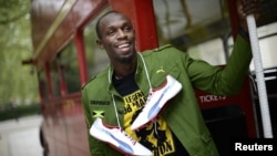 Рекордсмен мира, ямайский спринтер Усейн Болт в лондонском автобусе