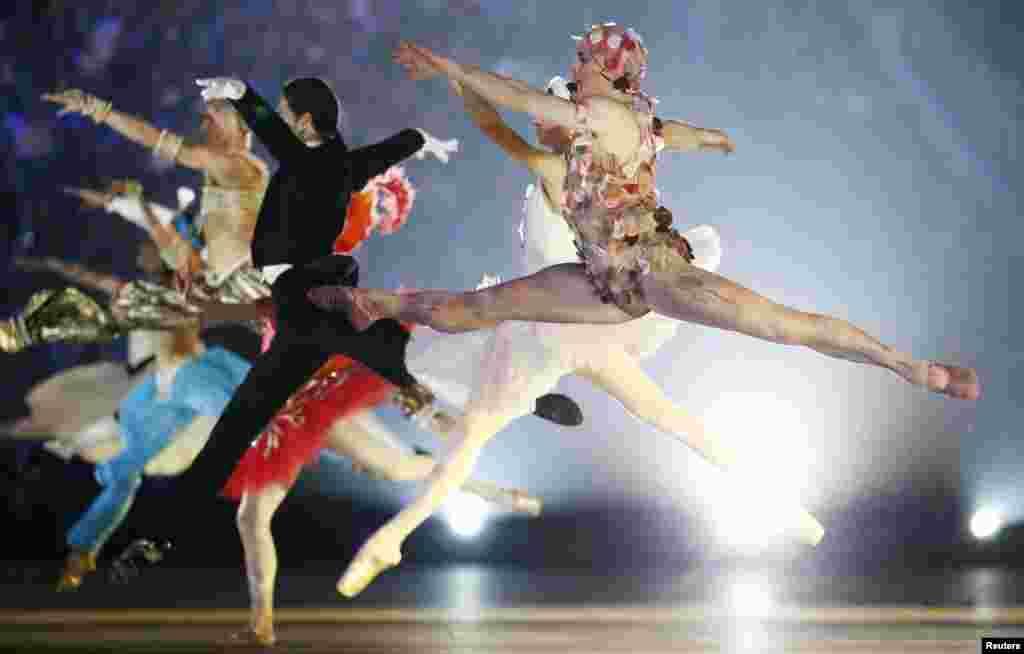 رقصندگان باله در مراسم اختتامیه المپیک زمستانی سوچی
