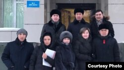 Адвокат Хамида Айтқалиева (бірінші қатардан оң жақтан екінші) әріптестерімен бірге.