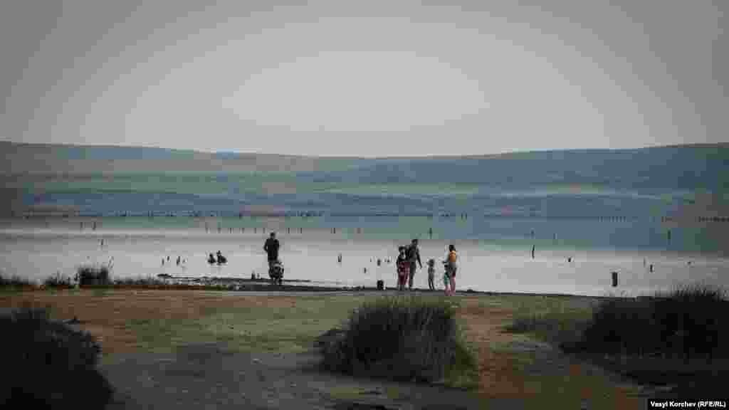Щоліта перемичку, яка відокремлює озеро Чокрак від «бухти морської піхоти» Азовського моря, розташовану неподалік від Курортного в Ленінському районі, заповнюють відпочивальники