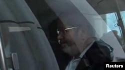 Мұхаммед Мурсиді көлікпен сотқа әкеле жатыр. Каир, 4 қараша 2013 жыл.