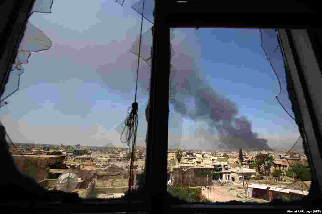 Smoke billows from Mosul's Old City on April 17 during an offensive by Iraqi security forces to recapture the town from Islamic State extremists. (AFP/Ahmad al-Rubaye)