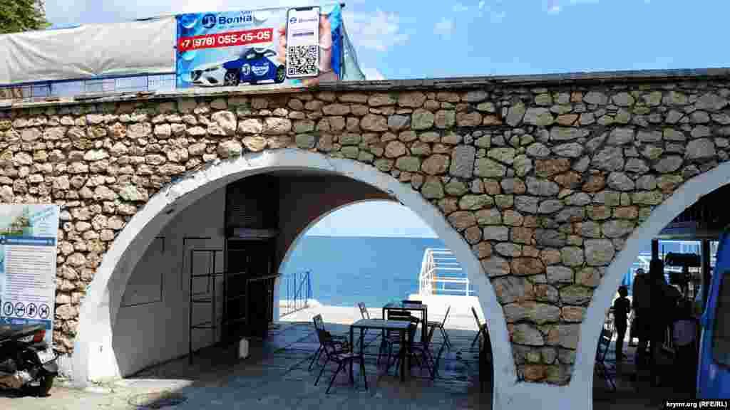 Путь на пляж пролегает через арку