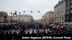 А.Навальныйды жактаган демонстранттардын Невский көчөсүндөгү жолун полиция тороду. Санкт-Петербург. 2021-жылдын 23-январы.